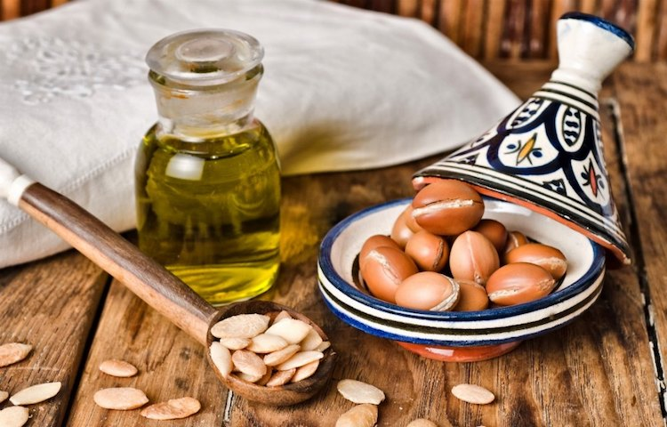 <thrive_headline click tho-post-3229 tho-test-226>15 Reasons Why You Need to Start Using Argan Oil on Your Face, Skin & Hair</thrive_headline>
