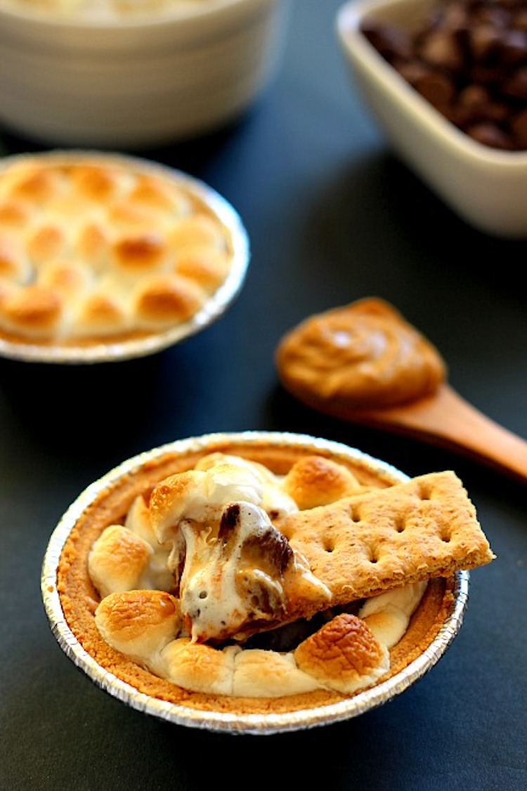 Loaded with creamy peanut butter, chocolate, and marshmallows, this Peanut Butter S'mores Dip combines the classic flavors of your favorite childhood treat.   Ideahacks.com