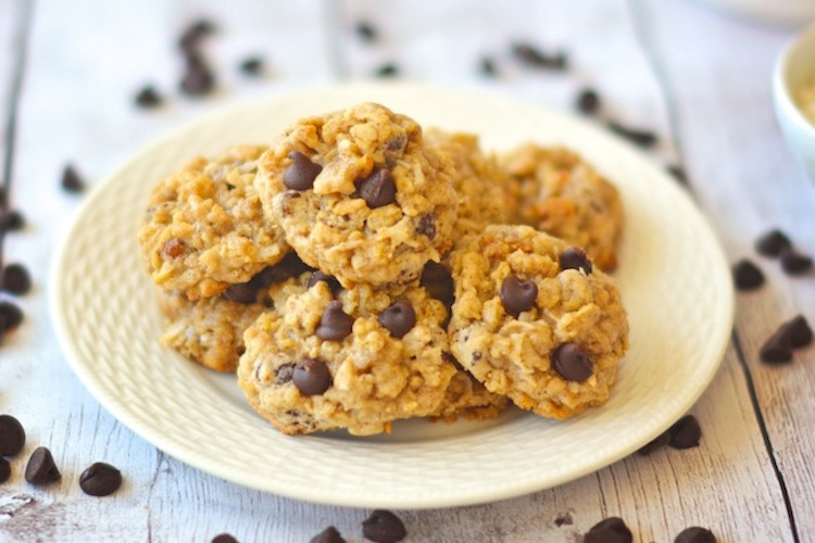 Chunky Dark Chocolate Coconut Oat Cookies - These tasty goodies have chocolate chips, walnuts, oats, and coconut | Ideahacks.com