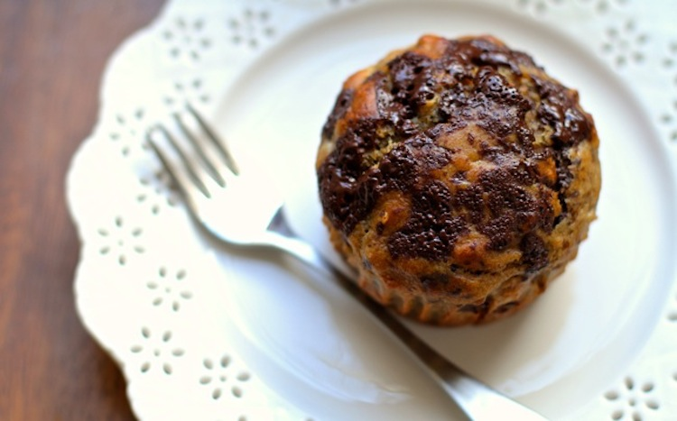 Chocolate Chunk Banana Oat Muffins - This muffin recipe is loaded with greek yogurt, bananas, oats, and a little bit of chocolate to make the morning commute a little easier.   Ideahacks.com