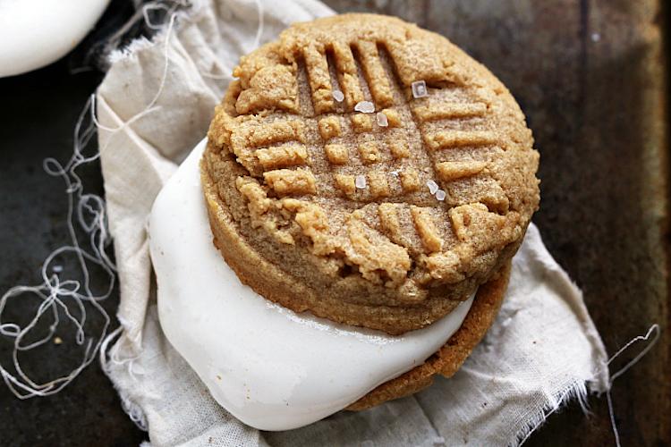 Marshmallow Peanut Butter Sandwich Cookies - A warm and gooey peanut butter and marshmallow cookie sandwich recipe. | Ideahacks.com