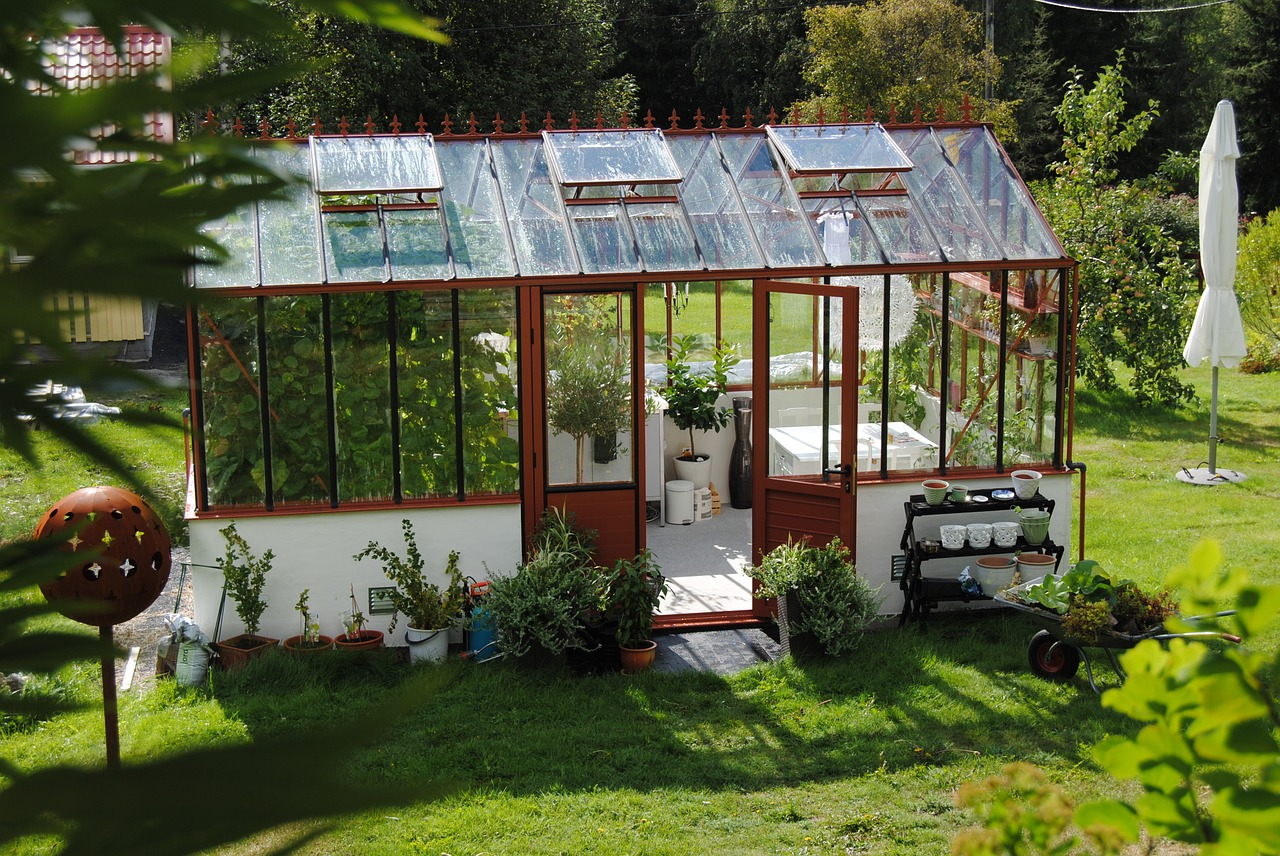 21 cheap easy diy greenhouse designs you can build yourself for Green home blueprints