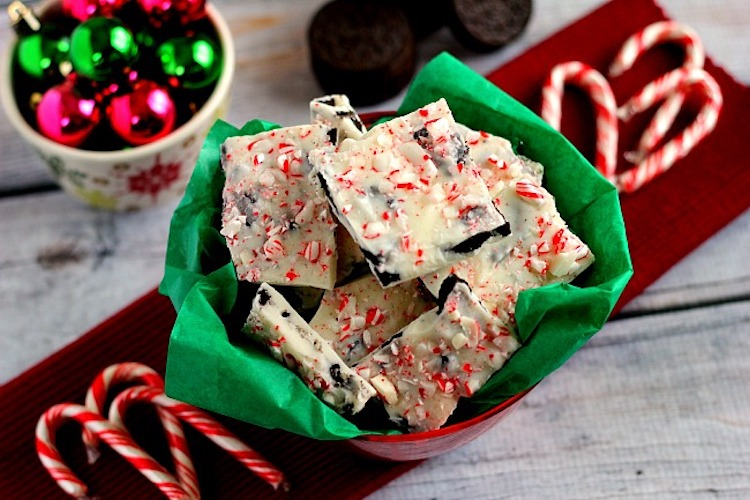 Fast, easy, and ready to snack on in no time, this White Chocolate Peppermint Oreo Bark will be the hit of the holiday season! | Ideahacks.com
