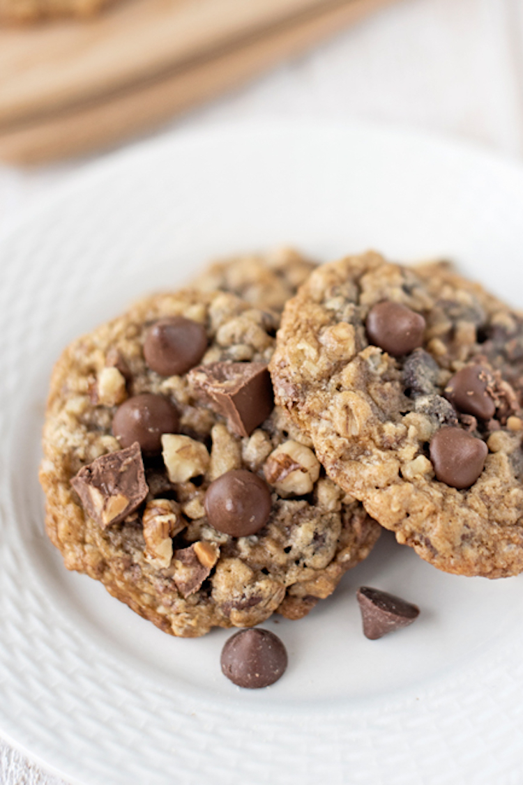This double chocolate chunk oatmeal cookie recipe has tons of chocolate and chewy goodness. | Ideahacks.com
