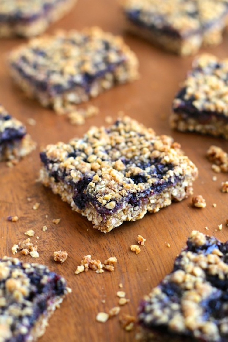 Blueberry Oatmeal Crumble Bars - Juicy blueberries with buttery oat crumbles in a bar. It's an easy, one bowl, no-mixer recipe that takes minutes to make. | Ideahacks.com
