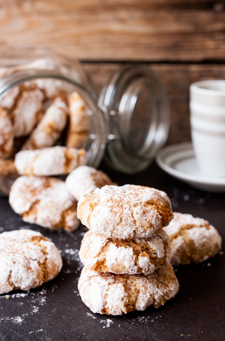 Crisp on the outside, chewy in the middle and dusted with confectioner's sugar. These cinnamon amaretti cookies are totally addictive. | Ideahacks.com