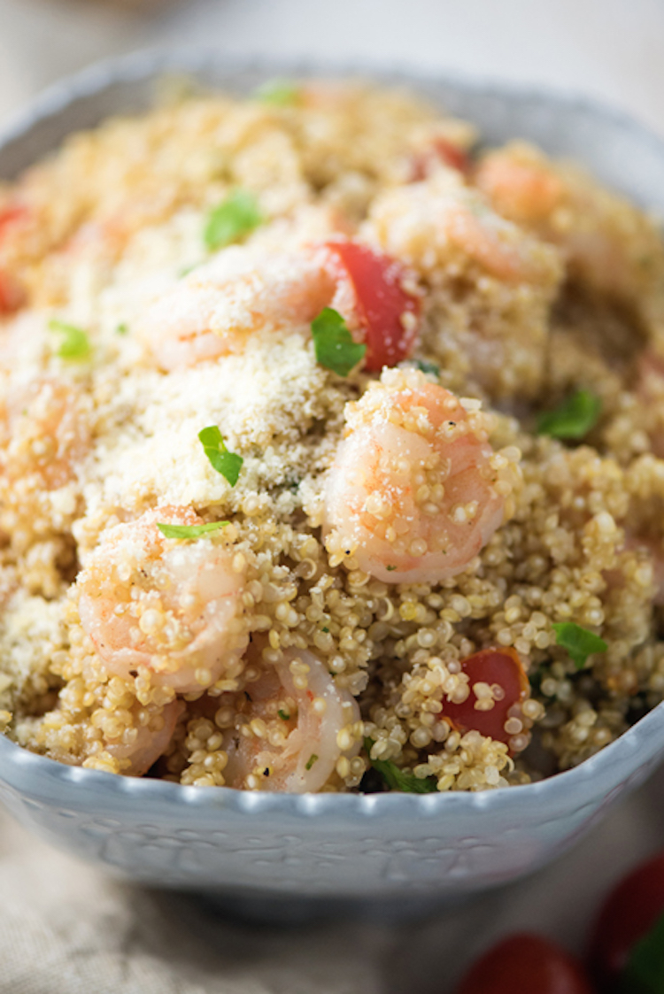 This is a very healthy garlic parmesan shrimp quinoa recipe that you can make under 20 minutes. | Ideahacks.com