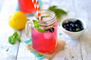Sparkling Blueberry Lemonade - Sweet strawberries and blueberries are mixed with a simple syrup, sparkling water, mint leaves and lemon juice. | Ideahacks.com