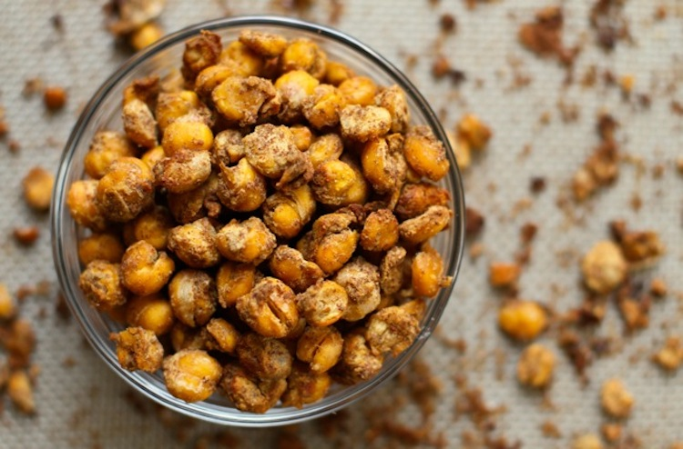 Pumpkin Spice Roasted Chickpeas - This healthy alternative chickpea snack recipe is both crunchy and tasty. | Ideahacks.com