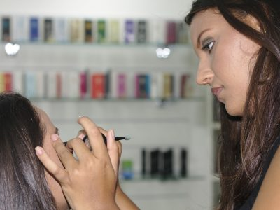 makeup artist using the best pencil eyeliner