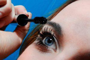 Girl volumizing her eyelash using the mascara