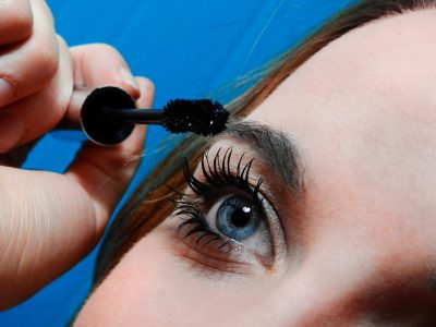 Girl volumizing her eyelash using the mascara