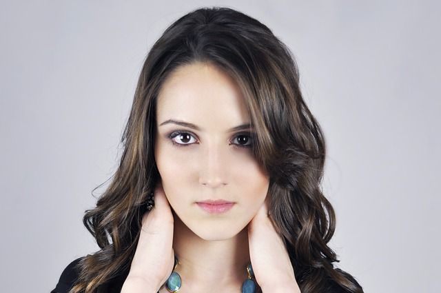 model using skin brightening products